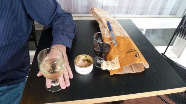 Pour lui, vin blanc, foie-gras et baguette
